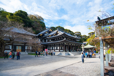 Kamakura, Japan - November 07, 2018:People visiting Kanon-do hall in Haze-dera temple or Hase-kannon temple in Kamakura,Japan Standard-Bild - 115463003