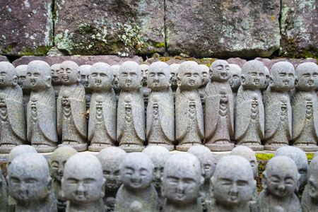 Little Buddha statues praying at the Hase-Dera temple in Kamakura, Japan Standard-Bild - 115487429