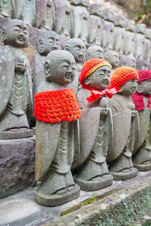 Little Buddha statues praying at the Hase-Dera temple in Kamakura, Japan Standard-Bild - 115487430