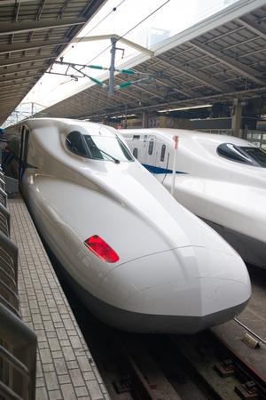 TOKYO, GIAPPONE - 6 NOVEMBRE 2018: Treno proiettile Shinkansen alla stazione di Tokyo, Japan