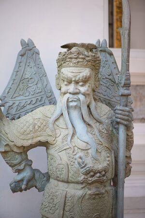 Chinese Warrior Sculpture in The Phra Chettuphon Wimon Mangkhalaram (Wat pho), Bangkok, Thailand Imagens