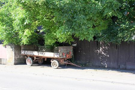 Charrette vintage tractor trolley wood parked Geschnitzter Traktor mit Hänger in Wittesheim