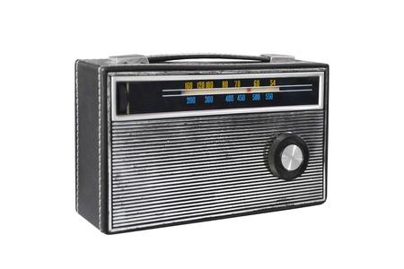 Ancienne radio transistor rétro isolé sur fond blanc