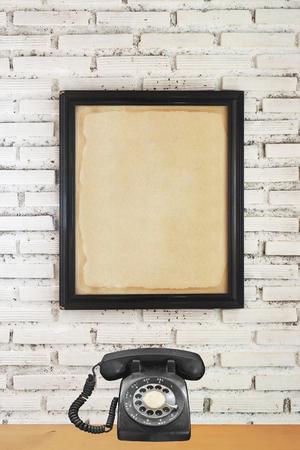 Simulacros de póster sobre fondo de pared de ladrillo blanco Foto de archivo