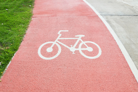 Cerrar el símbolo de la bicicleta en la calle roja, carril bici