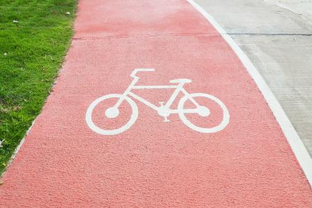 Schließen Sie oben Fahrradsymbol auf roter Straße, Radweg
