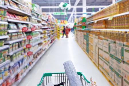 Foto von Einkaufswagen im Supermarkt Standard-Bild