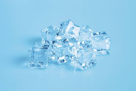 stack of ice cubes on blue background Banque d'images - 131872355