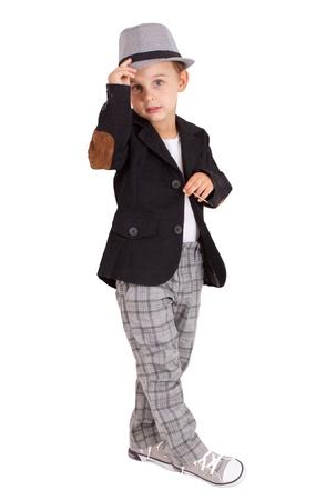 ni�o parado: Cool boy bastante poco elegante aislado sobre fondo blanco. Los trazados de recortes incluido.