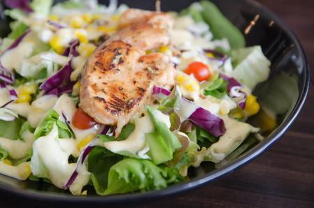 plato de ensalada: Filete de salm�n sobre placa Ensalada Verde