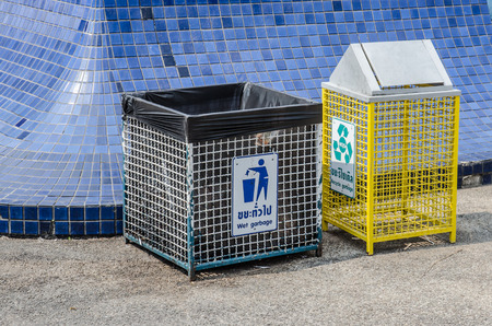 trashcan: trashcan in park,Recycle Bin in park