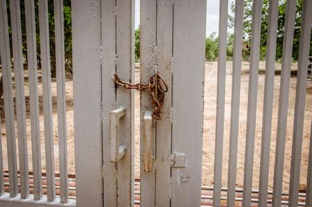 La chaîne de fer sur une porte barrée Double Banque d'images - 41112926