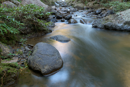 cielo: Corriente de cascada en el parque nacional, Tailandia.