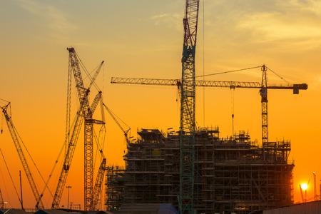 Plataforma de la plataforma petrolera sitio de fabricación, la silueta de las actividades de construcción. Foto de archivo