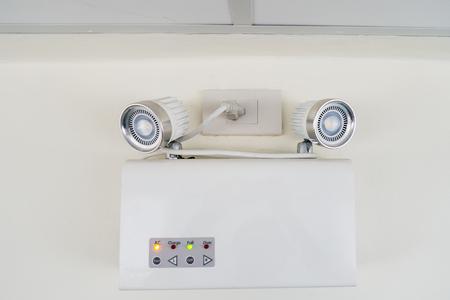 salidas de emergencia: luz de emergencia de CA, iluminación de emergencia automática en la pared. Foto de archivo