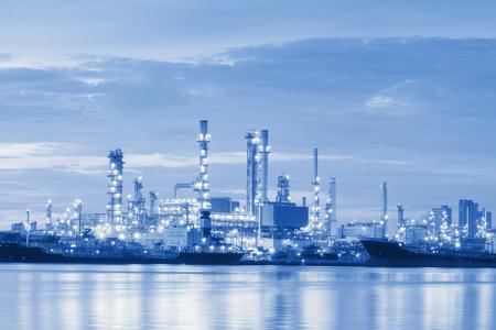 destilacion: El crepúsculo de la planta de refinería de petróleo, tono azul refinería de petróleo. Foto de archivo