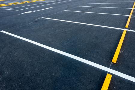 Leere Parkplätze, Öffentliche Parkplätze im Freien. Standard-Bild