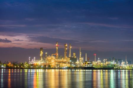 destilacion: Muelle en planta de refinería de petróleo