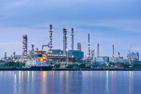 Ropa i gaz roślina z wysyłki ładowniczym dokiem przy zmierzchem