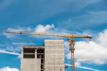 Grúa de elevación en el sitio de construcción, grúa, en construcción.