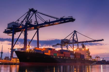 Terminalcontainer laden bij schemering., Vracht en verzending, Logistieke tuin.