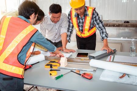 새로운 프로젝트를 계획하는 엔지니어 및 achitects의 프로젝트 관리 팀., 비즈니스 건설 개념