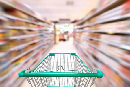Productos a la venta y conceptos de servicio al cliente, cesta empapada en grandes almacenes.