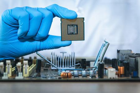 Gros plan portrait de la main de l'ingénieur en informatique tient l'ordinateur du processeur.