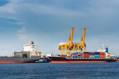 Transport- und Versandlogistik-Ladedock-Terminal., Container-Import und -Export von Seefrachttransporten., Landschaft des Hafens Maritime und Hafenfrachtwerft mit Kranbrücke.