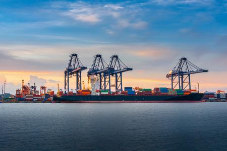 Transporte y Embarque Logística Muelle de Carga Terminal., Importación y Exportación de Contenedores de Transporte Marítimo Industrial., Paisaje de Puerto Marítimo y Astillero de Carga Portuaria con Puente Grúa.