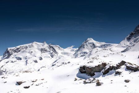 Bellissimo paesaggio naturale panorama delle montagne delle Alpi svizzere a Zermatt, Svizzera. Natura panoramica all'aperto delle montagne d'Europa Alpine contro il cielo azzurro sfondo, destinazione di viaggio Archivio Fotografico