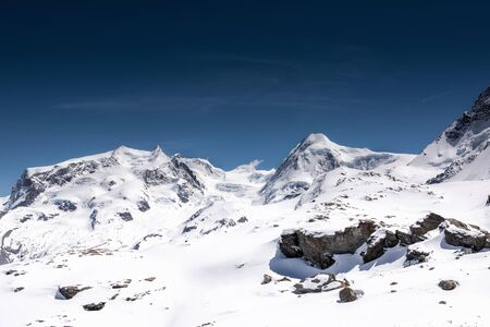Schöne Naturlandschaft Landschaft Blick auf Berge Schweizer Alpen bei Zermatt, Schweiz. Naturlandschaftlich im Freien von Europa Berge alpin gegen blauen Himmelshintergrund, Reiseziel Travel Standard-Bild
