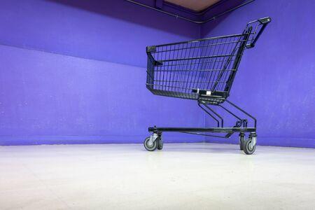 Empty Shopping Cart on Corridor Flooring in Department Store, Trolley Metal for Shopper Consumerism in Supermarket Shop. Shopping Roller Basket on The Floor Inside Customer Service Mall 版權商用圖片