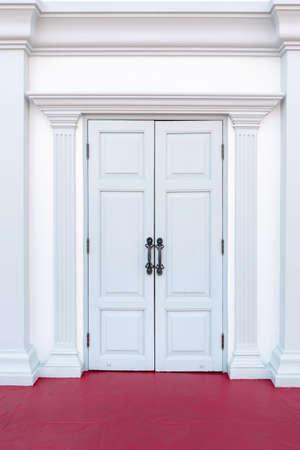 Classic Door Front of Entrance Hallway, Contemporary Doorway and Beautiful Architecture Facade of Building. Wooden Doors Entry 版權商用圖片