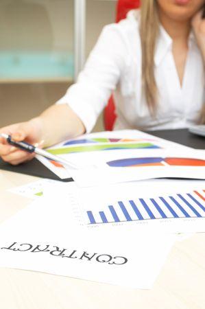 highend: Business contratto modulo a finanziare la scrivania con i grafici