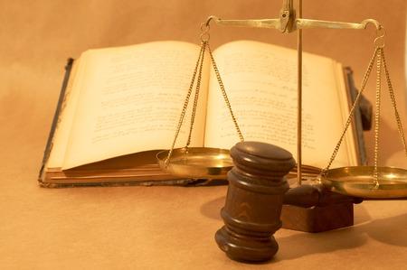 balanza justicia: concepto jur�dico con el martillo, los libros y la escala, someras DOF