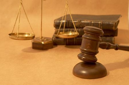balanza justicia: Concepto jur�dico con dio, los libros y la escala de peso  Foto de archivo