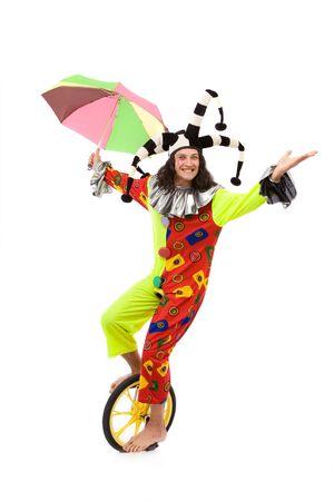 jester comodín montar una rueda de bicicleta sobre fondo blanco con una sonrisa