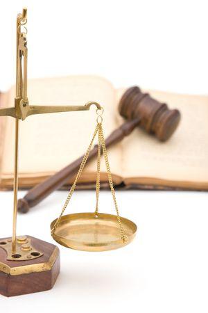 parlamentario: concepto jur�dico con el viejo martillo, balanzas de la justicia y libros sobre fondo blanco  Foto de archivo