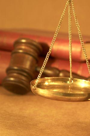 parlamentario: concepto jur�dico con las escalas de justicia. martillo y los viejos libros de Derecho  Foto de archivo