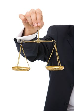 derecho penal: hombre de negocios con escalas de la justicia sobre fondo blanco