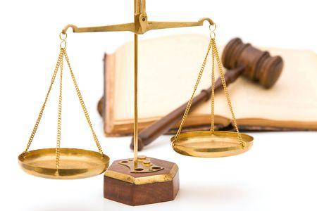 trial balance: concepto de justicia con martillo, libro y escalas de la justicia