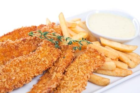 nuggets de poulet: P�pites de poulet avec frites fran�ais et sauce au yogourt