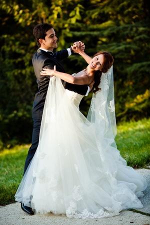 couple dancing: baile de pareja de boda en un parque en un d�a soleado