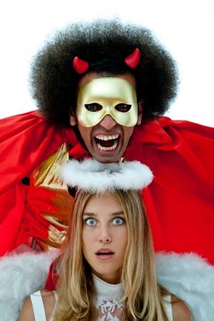 teufel und engel: beängstigend Teufel Figur und überrascht Engelsfigur zusammen