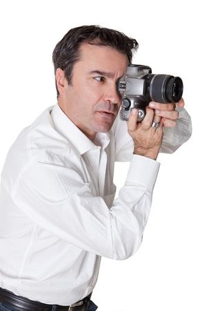 hombre disparando: altos hombre tomando fotograf�as con una c�mara r�flex Dijital en blanco