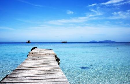huir: Pier en la playa de Isla Redang, Malasia.