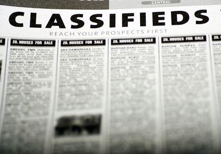 Anuncios clasificados de periódicos  Foto de archivo