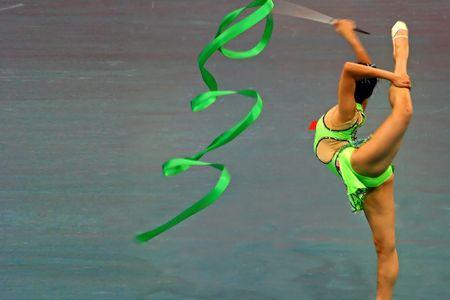 jambes �cart�es: Gymnastique de performance avec ruban  Banque d'images