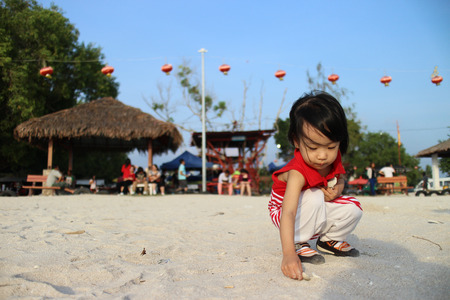bambini cinesi: Asiatico bambini cinese che gioca sabbia